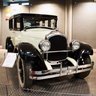 Museo de Historia de la Automoción de Salamanca CHRYSLER IMPERIAL SERIE 80 Wiki Loves Art Fotografía: Juan Miguel Ávila del Arco | Darco TT Canon EOS 7D | Objetivo Canon 50mm 1.4 f/5.0 | 1/25 | ISO1000 Marca: CHRYSLER Modelo: IMPERIAL SERIE 80 Año: 1927 Cilindrada: 4.725 cc Potencia: 92 CV Carrocería: SEDÁN 4 PUERTAS Frenos: HIDRÁULICOS El Chrysler imperial es un vehículo que por su elegancia y majestuosidad era considerado el vehículo representativo de las altas esferas sociales de la época, tal es así que se engloba dentro de la categoría FULL CLASSIC según el Car Club of America. Fue uno de los primeros modelos de lujo construidos en serie, de tal manera que se consiguieron fabricar hasta 48.254 unidades entre 1927 y 1928 Museo de Historia de la Automoción de Salamanca Automóvil cedido por Marinduque, S.L.