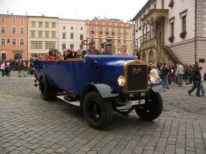 1927 Praga s kapacitou 30 míst pro vyhlídkové jízdy provozovala v Praze firma Čedok od roku