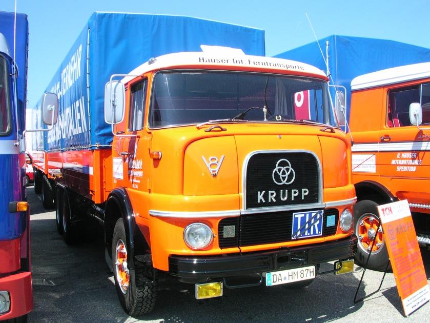1967 Krupp LF 380, V8-Dieselmotor mit 12849 ccm Hubraum, 194 Kw (265 PS), kippbare Fernverkehrskabine. Anhänger Kässbohrer V14 I, 1968, beide mit Zollverschluß Gelb