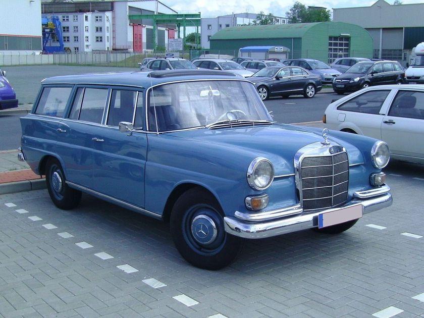 A Mercedes Benz 200 W 110 Kombi