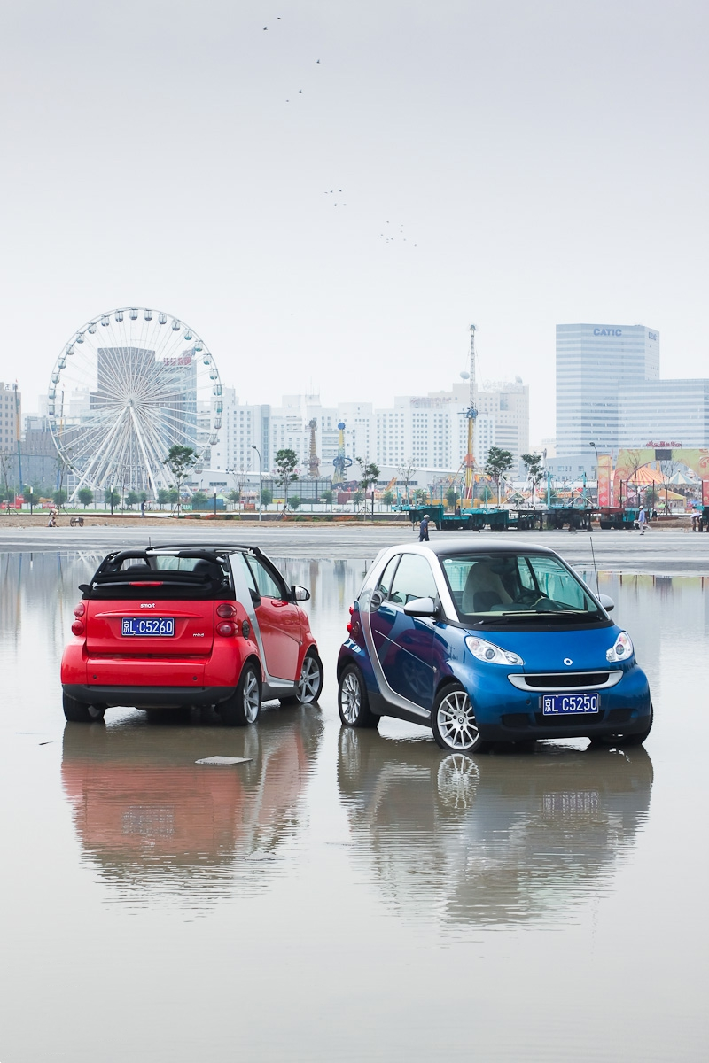 A Smart Fortwo mhd cabrio (left) and a Smart Fortwo mhd coupe (right)