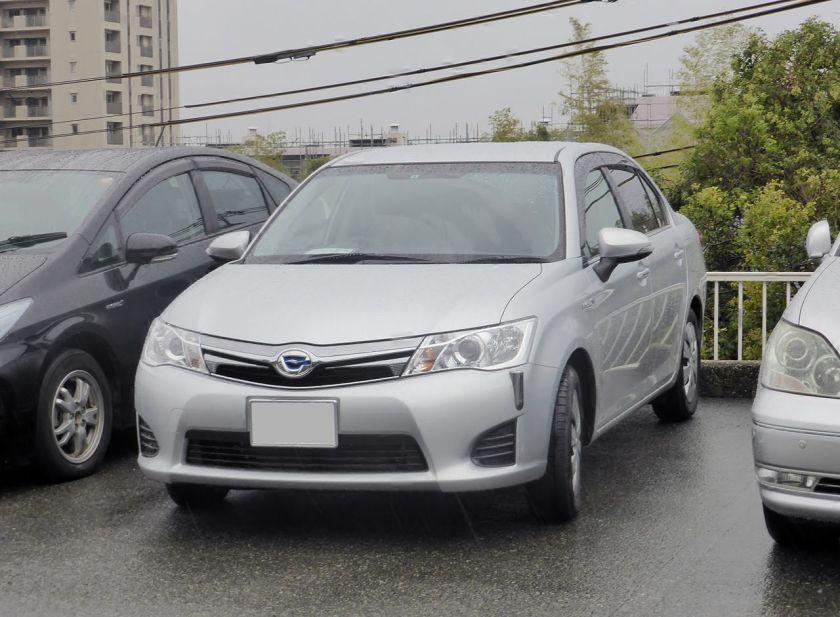 2013 Toyota Corolla Axio Hybrid (NKE165) front