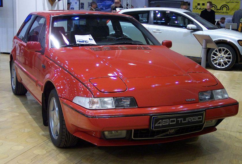 1986-95 Volvo 480 Turbo, met op de achtergrond zijn opvolger de C30