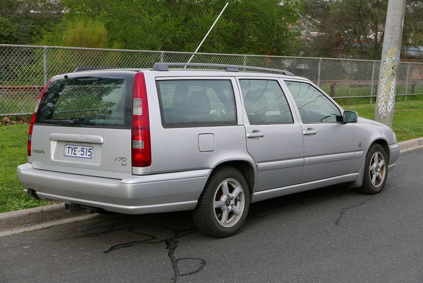 1999 Volvo V70 (MY00) 2.4 20V CD station wagon.