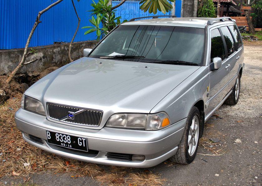 2003 Volvo V70 front