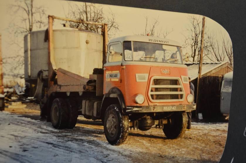 DAF in bijna zelfde uitvoering als de GINAF. hier verplaatst hij een 20.000 Liter Dieseltank met kettingen aan de portaal armen