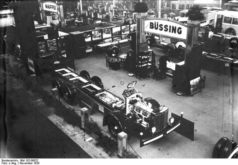 Die Eröffnung der Internationalen Automobilausstellung in den Ausstellungshallen am Kaiserdamm in Berlin! Blick auf den Büssing-Stand mit Chassis für Lastkraft.