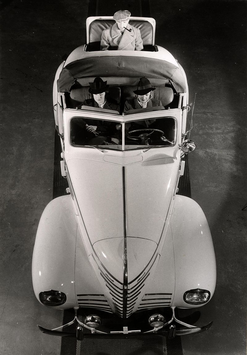 1939 Plymouth in a Swedish 1940s fashion photo