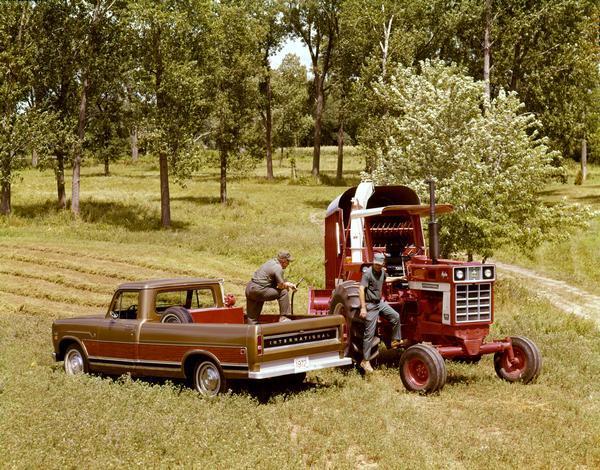 1972 Farmers Refueling International 966 Tractor