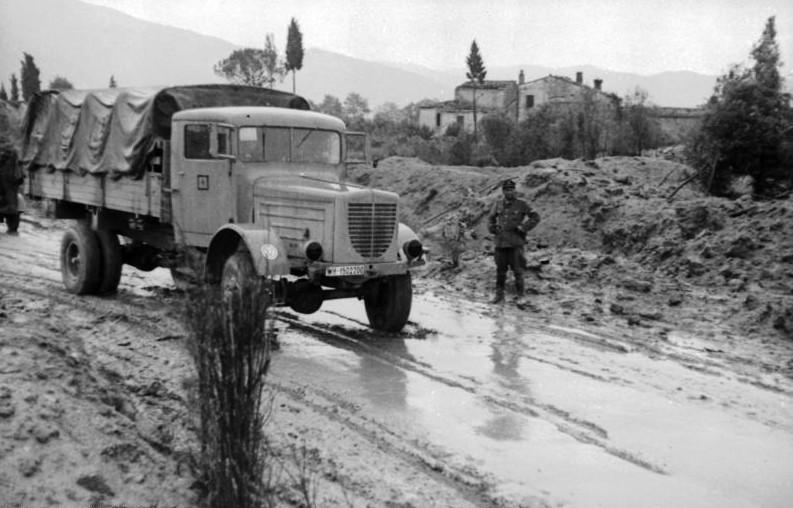Büssing Wehrmacht Bundesarchiv Bild 101I-315-1117-18, Italien, LKW auf überfluteter Landstraße