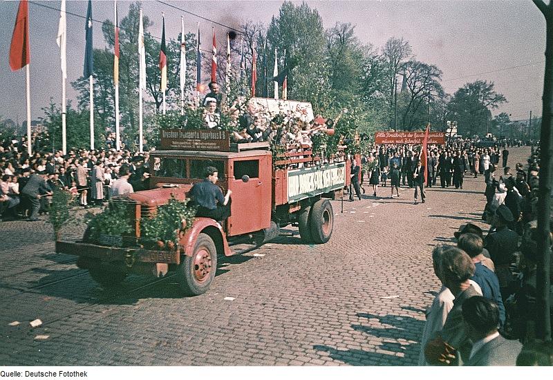 Fotothek_df_ps_0000924_Erster_Mai_^_Fahnen_^_Fahnenmasten_^_Demonstrationen