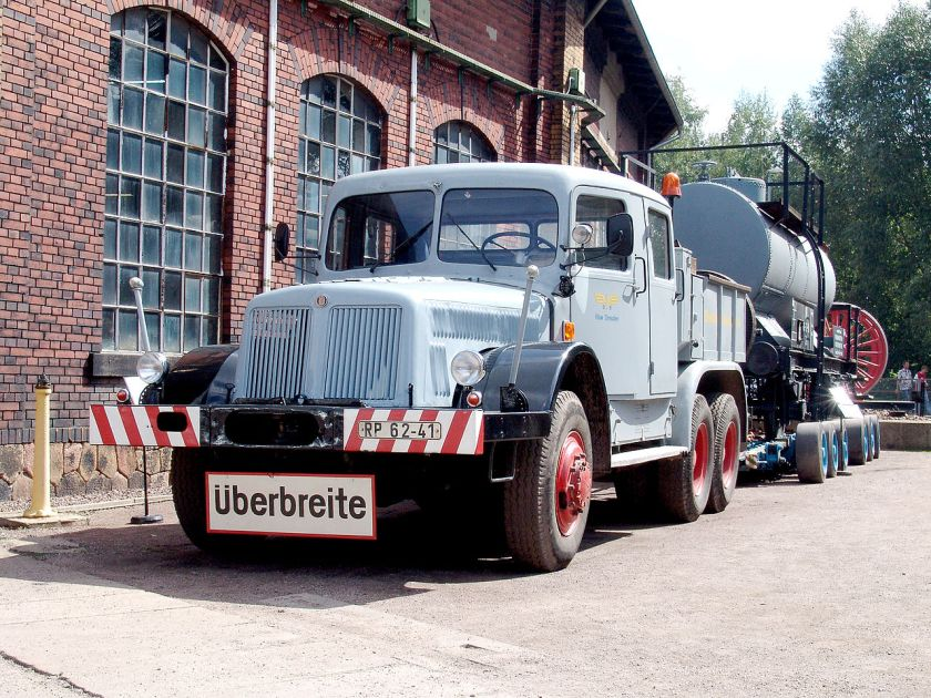 Schwerlastzugmaschine Tatra T 141 mit Culemeyer-Straßenroller beladen mit einem Privatkesselwagen für den Transport von Essigsäure