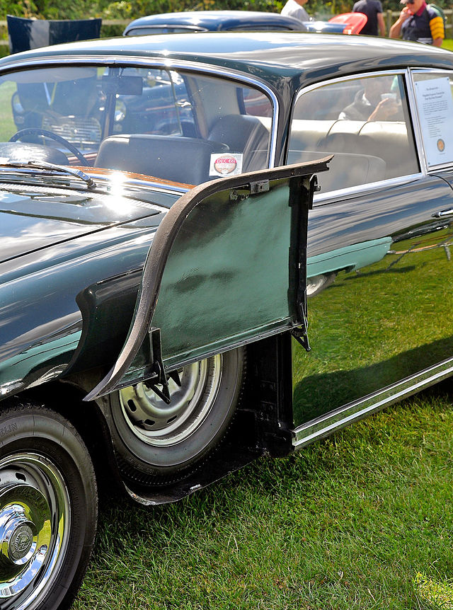 1968-bristols-traditional-wing-mounted-spare-wheel-on-a-bristol%e2%80%85410
