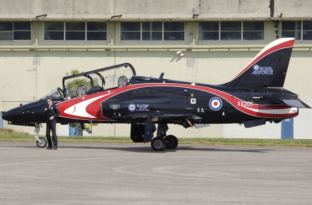 royal%e2%80%85air%e2%80%85force-hawker-siddeley-hawk-t-1a-with-its-pilot-this-aircraft-used-for-aerobatic-displays-is-in-a-special-colour-scheme
