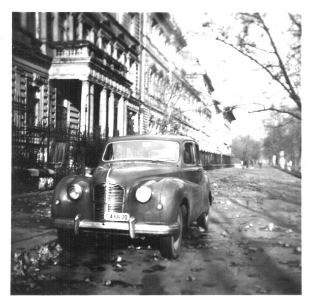 1950-austin-az-andrassy-ut-94-elott-az-1950-es-evek-vegen