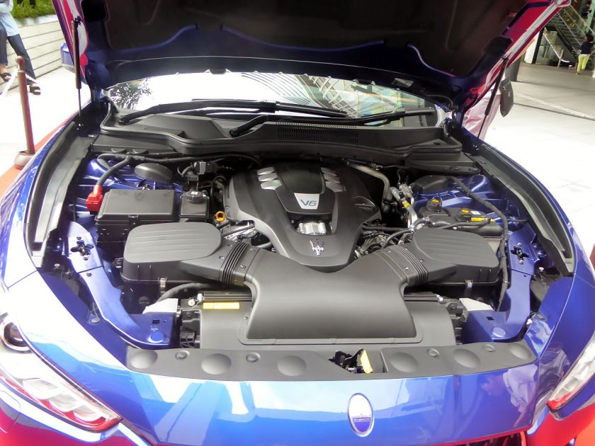 engine-bay-of-a-v6-petrol-ghibli