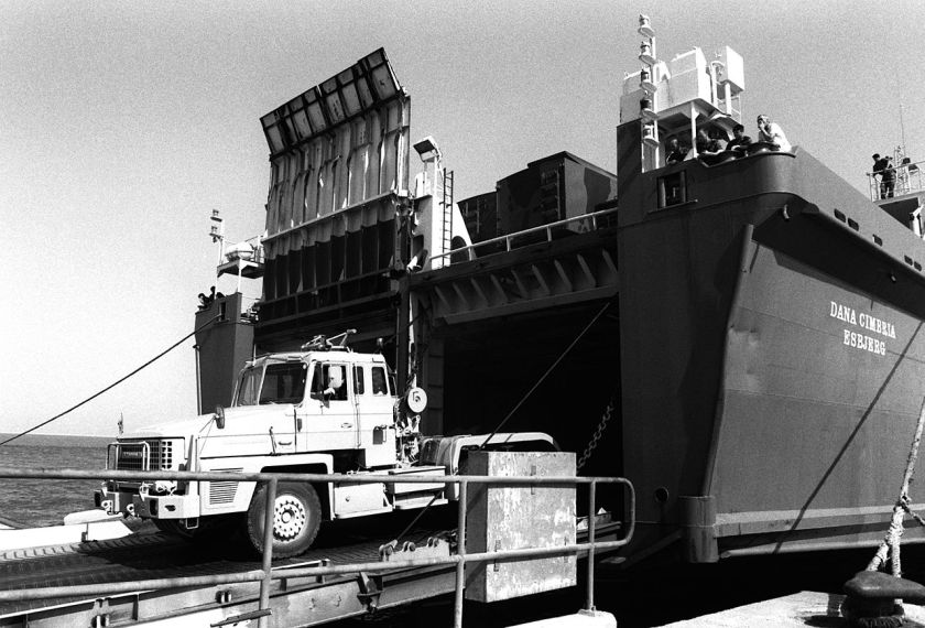 1990 Scammell Commander 6×4 tractor unloads in the Gulf during Operation Desert Shield