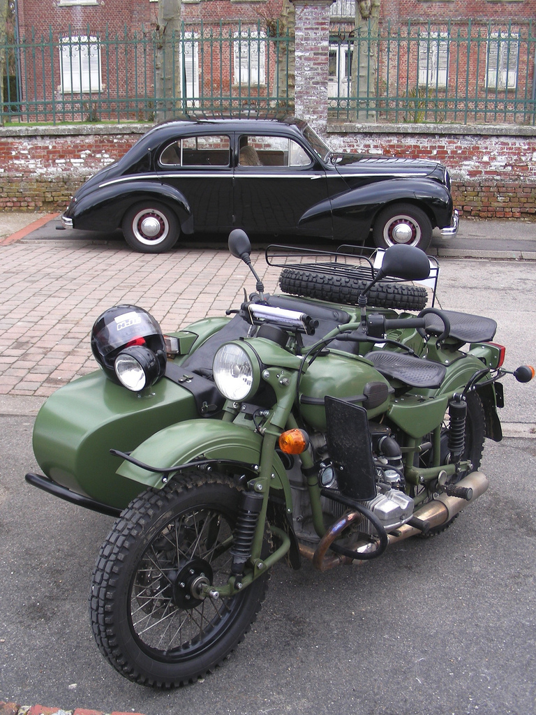 HOTCHKISS Anjou et side-car URAL