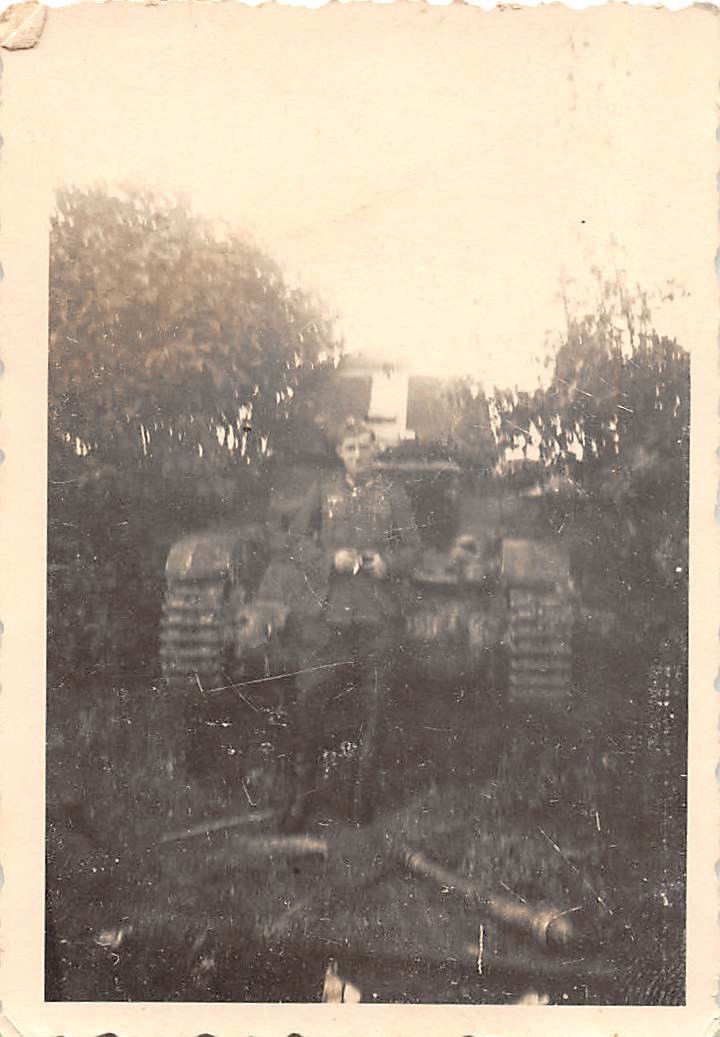 Soldat before Hotchkiss tank