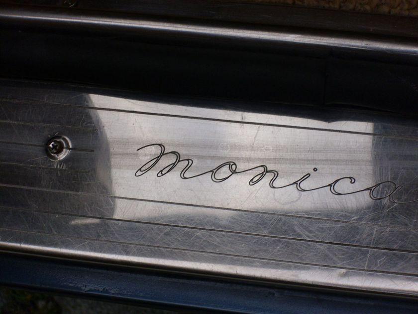 1973 Monica - Schriftzug im Türausschnitt