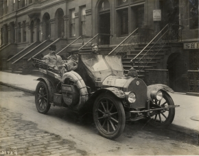 1910 Abbott-Detroit Bull Dog automobile in street