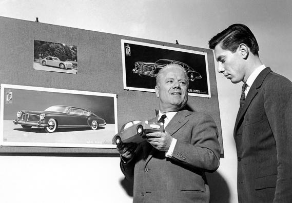 Giovannibattista Pininfarina nel suo ufficio con il figlio Sergio nel 1950 (Lapresse)