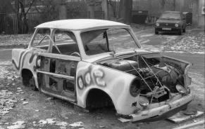 Bundesarchiv B 145 Bild-F086568-0046, Leipzig, ausgeschlachteter PKW Trabant (Trabbi)