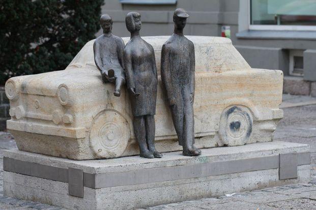 Trabant Denkmal von Bertold Dietz am früheren Standort am Georgenplatz in Zwickau (jetzt am August Horch Museum)