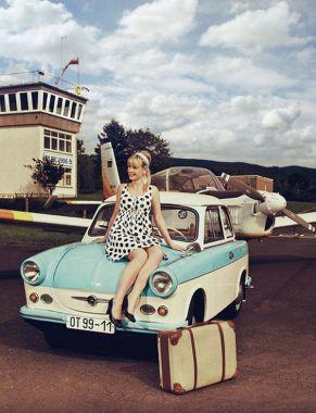 Trabant mit Dame und Flugzeug